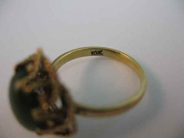 10190016: 10 K GOLD RING W/ GREEN STONE