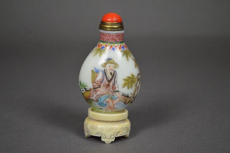 110024: Enameled on Peking glass snuff bottle