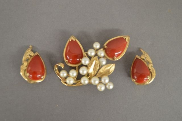 MING'S 14K GOLD BROOCH AND EARRINGS, PEARLS, CARNELIAN