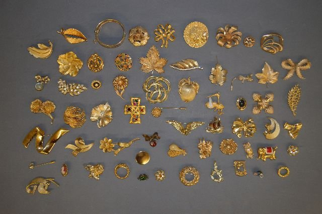 LARGE LOT OF VINTAGE GOLD TONE JEWELRY