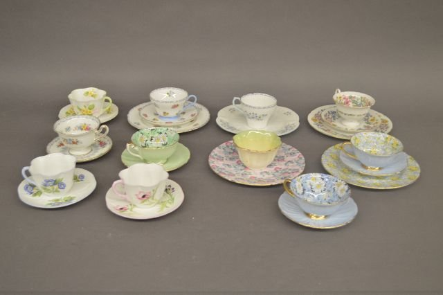 LARGE LOT OF SHELLEY CUPS AND SAUCERS, INCLUDES CHINTZ;