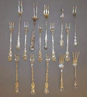 15 FANCY FRANK WHITING SEAFOOD FORKS, ETC; 254GRAMS