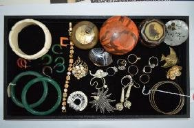VINTAGE COSTUME JEWELRY LOT INCLUDING JADE BANGLES,