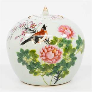 A Chinese ginger jar with hand-painted decor. (21,5 x