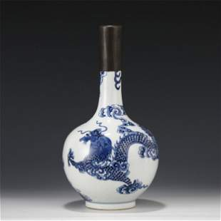 A CHINESE BLUE AND WHITE PORCELAIN DRAGON VASE