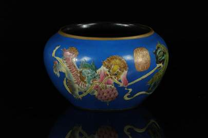 Porcelain brush rinser decorated with Fô dogs,