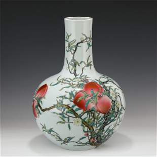 A LARGE CHINESE FAMILLE ROSE VASE WITH PEACH PATTERN/QI