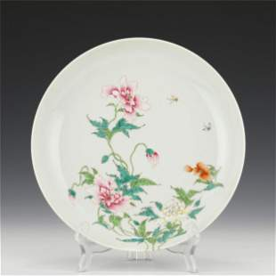A CHINESE FAMILLE ROSE FLOWER PATTERN PORCELAIN PLATE