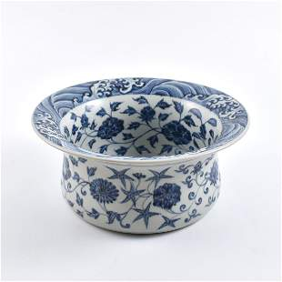A FINE CHINESE BLUE & WHITE WRAPED FLORAL CENTER PIECE