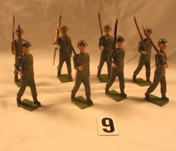 9: (8) Britains US Infantry Toy Soldiers