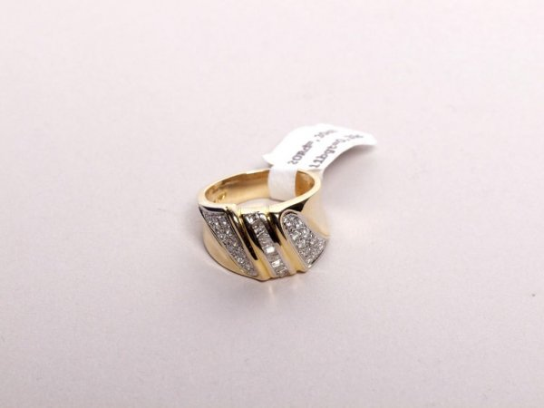 565: Estate Jewelry: Diamond and Gold Ring