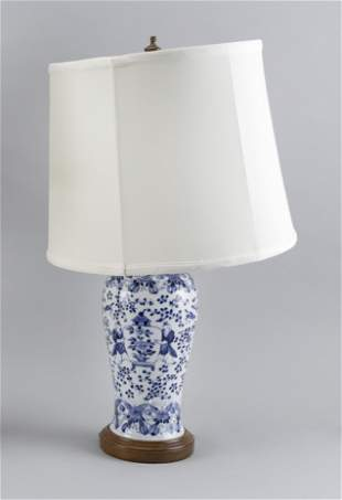 CHINESE BLUE AND WHITE PORCELAIN VASE Late 19th/Early