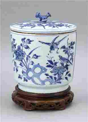 CHINESE BLUE AND WHITE PORCELAIN COVERED STORAGE JAR
