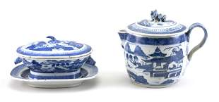TWO PIECES OF CHINESE EXPORT BLUE AND WHITE PORCELAIN