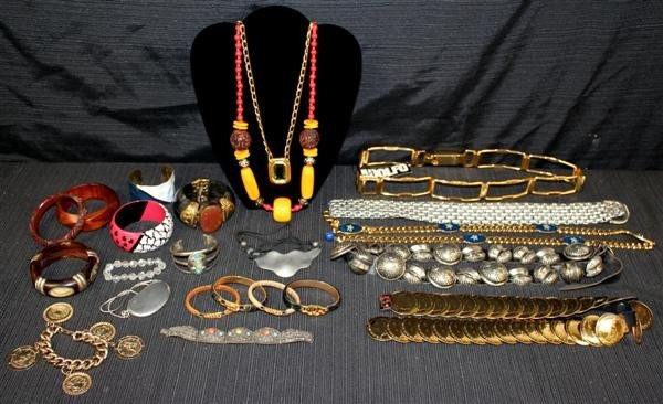 10: Costume Jewelry Lot 2: Gucci Amber Coral