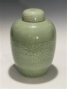 AN 18TH CENTURY CHINESE CELADON LIDDED VASE