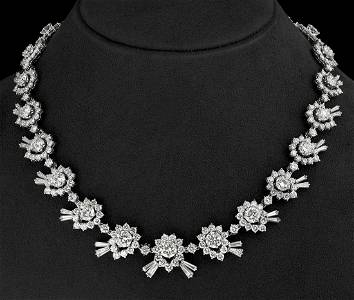 Exceptional choker in 18 kt white gold. With 357