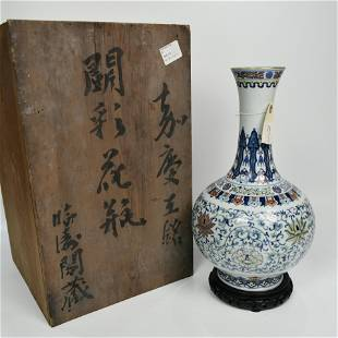 A CHINESE WHITE AND BLUE DOUCAI VASE WITH FLORAL DESIGN