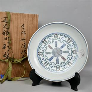 A CHINESE DOUCAI-COLOR PLATE WITH FLORAL PATTERN