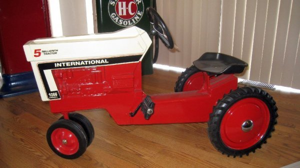2008: Int. Farmall 1066 5 millionth Pedal Tractor