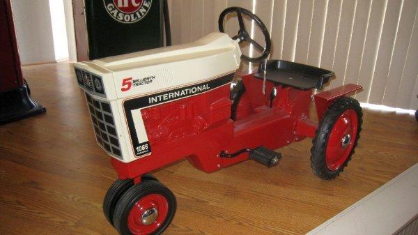 2014: International Farmall 1066 Pedal Tractor