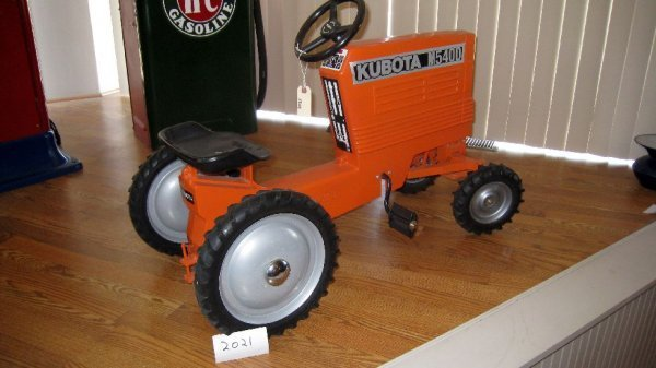 2021: Kubota M5400 Pedal Tractor