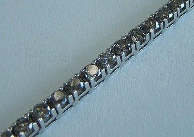 1022: White gold and diamond tennis bracelet.