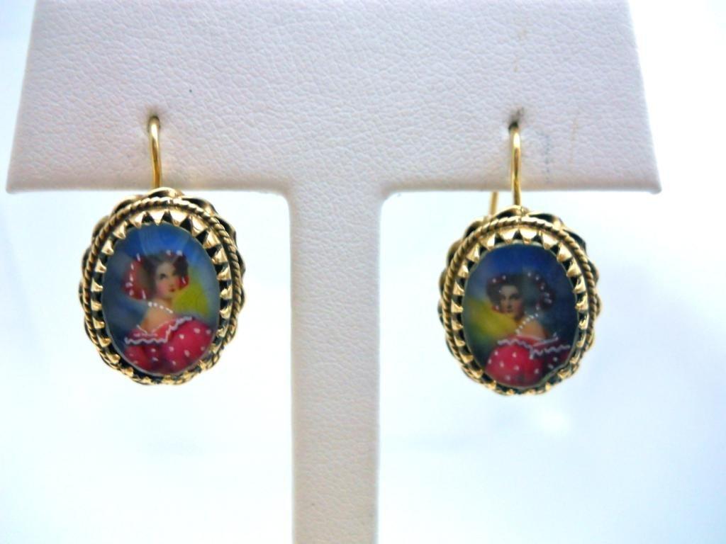 18: 14K Yellow Gold Hook Earrings With a Portrait.