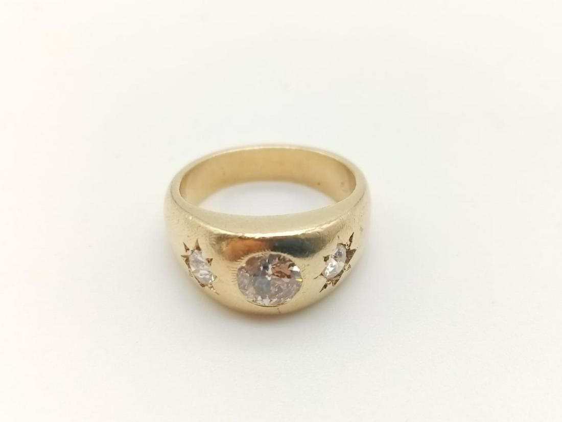 An 18ct yellow gold ring with three brilliant cut