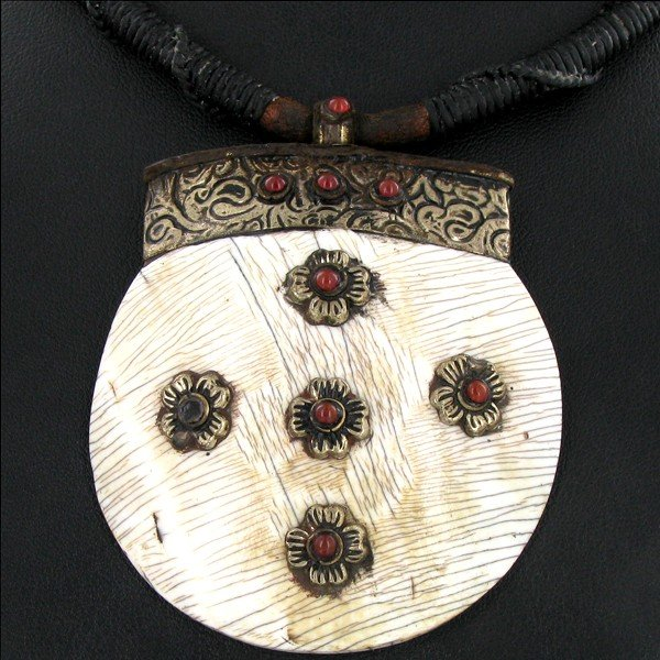 1861: Tibet Shell Agate Bead Nickel Necklace