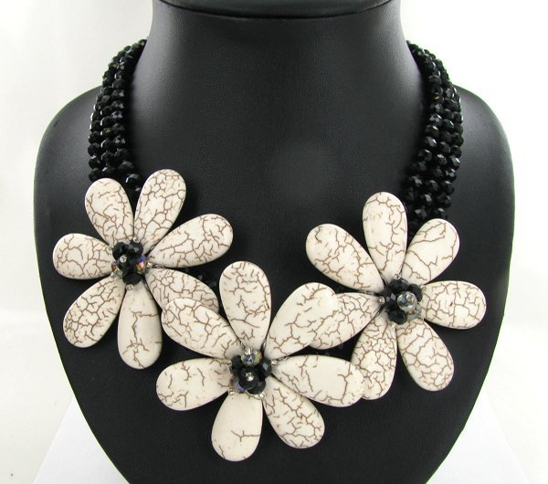 52: 710ct Howlite & Crystal Necklace