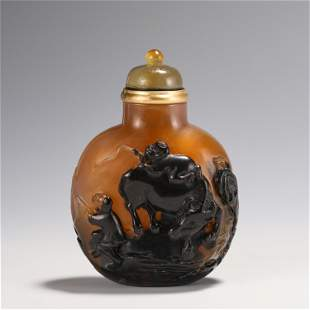 A CHINESE CARVED AGATE SNUFF BOTTLE SUZHOU SCHOOL