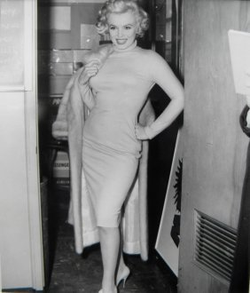 Marilyn Monroe At Chicago Airport With UPI Press Ph