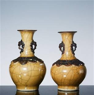 A pair of lion's ear bottles with Huangge glaze in late