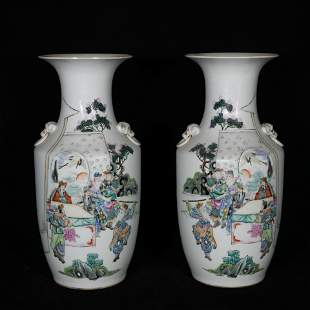 A pair of late Qing style famille rose porcelain vases