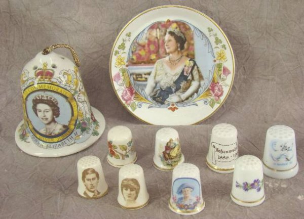 1003: COLLECTION OF THIMBLES AND COMMEMORATIVE ITEMS