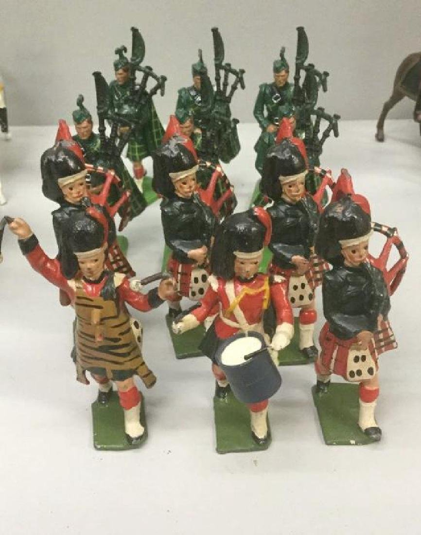 BRITAINS SOLDIERS- 12 PCS SCOTTISH BAGPIPERS &