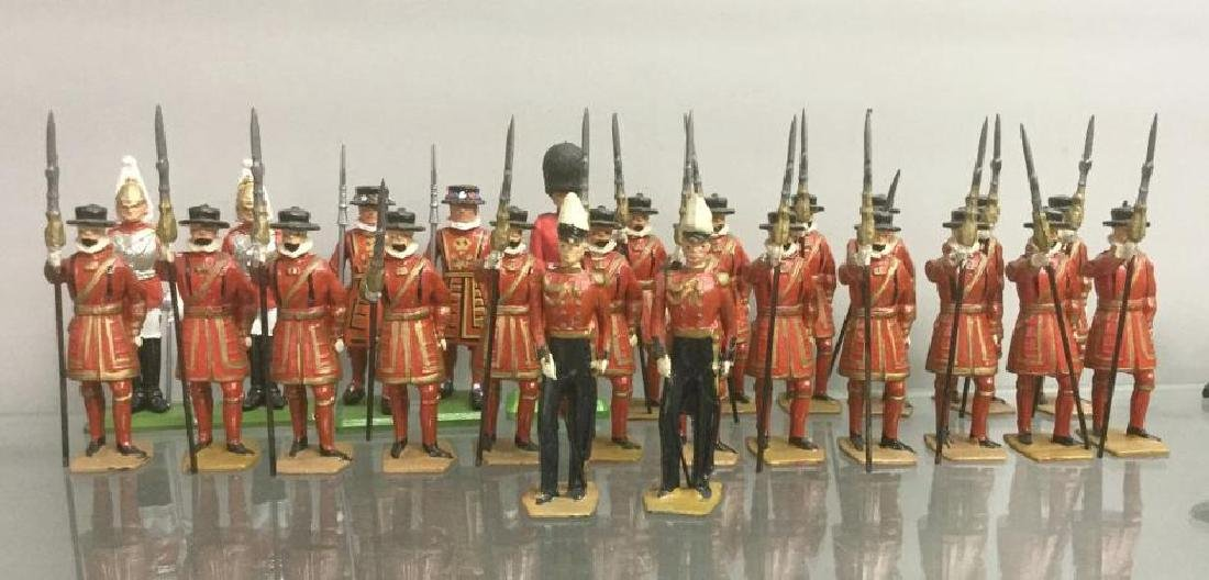 BRITAINS SOLDIERS- 25 PCS YEOMEN OF THE GUARD INCLUDING