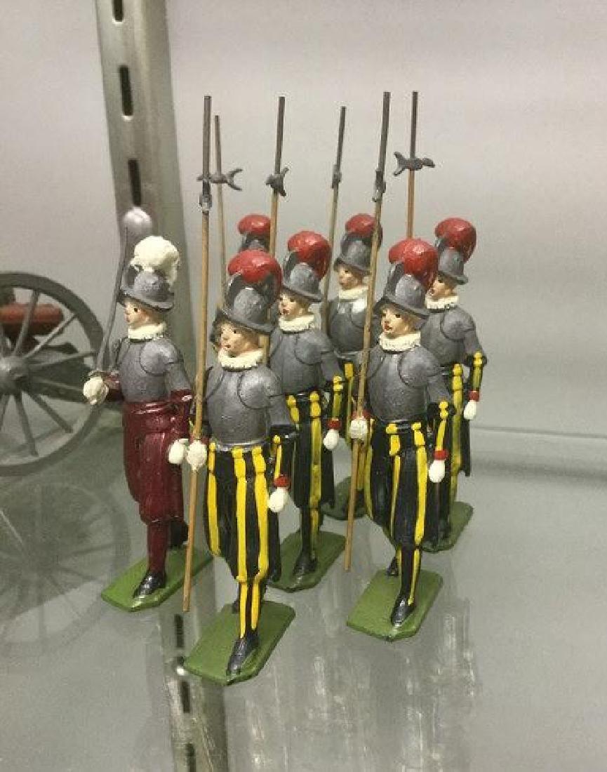 BRITAINS SOLDIERS- 7 PCS VATICAN SWISS GUARD, 1