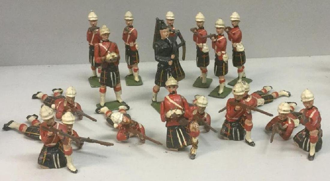 BRITAINS SOLDIERS- 18 PCS QUEEN'S OWN CAMRON