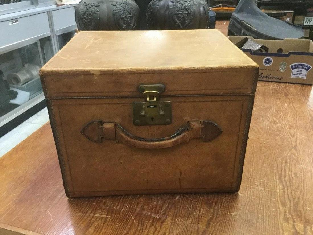 OLDER LEATHER HAT BOX, SOME NORMAL SCUFFING WITH AGE,