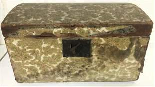CIRCA 1820 WALLPAPER BOX, LINED WITH NEWSPAPERS OF THE