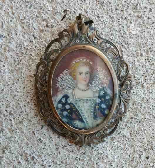 MINIATURE PORTRAIT OF WEALTHY WOMAN IN SILVER LOCKET
