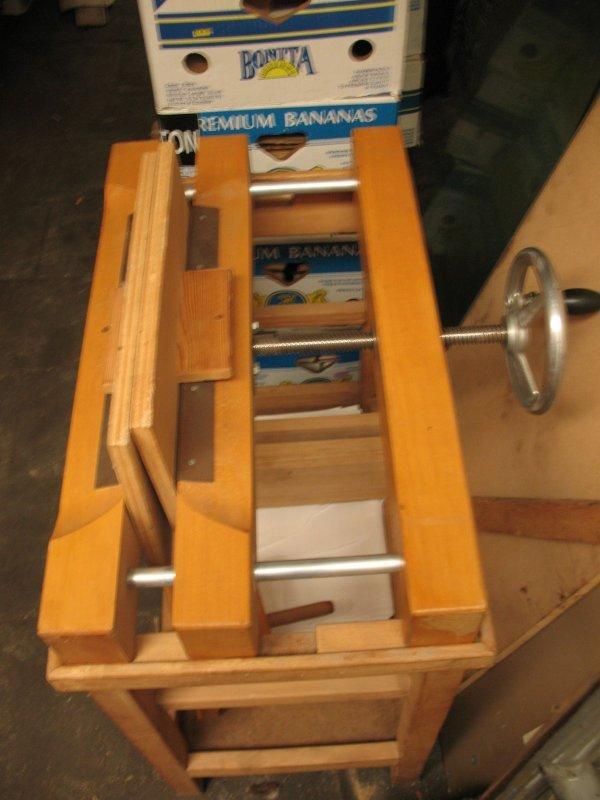 1: Presse en bois avec étau et fut à rogner RELIURE