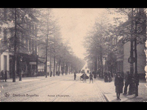 9: Bruxelles. Environ 140 cartes postales.