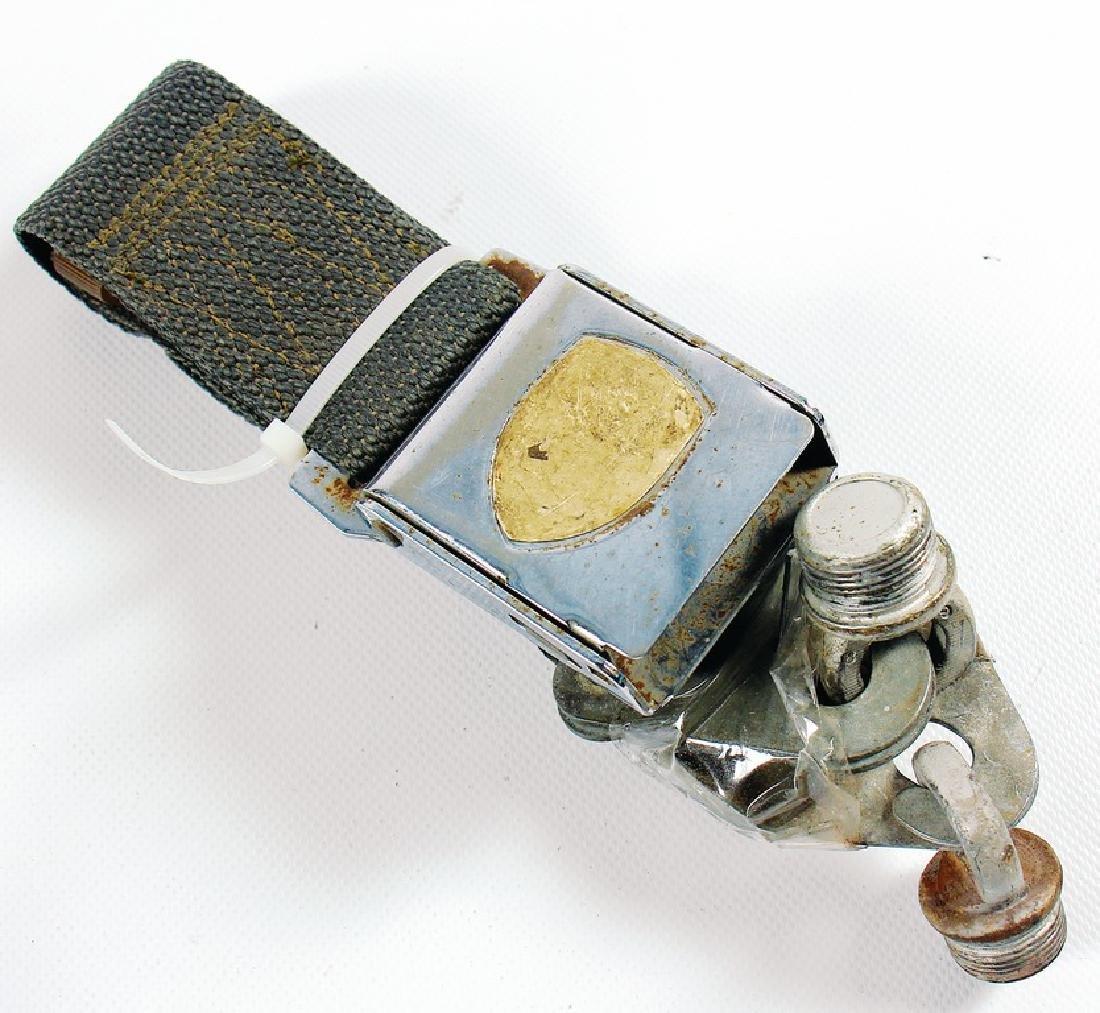 PORSCHE lap belt, emblem at the buckle is missing,