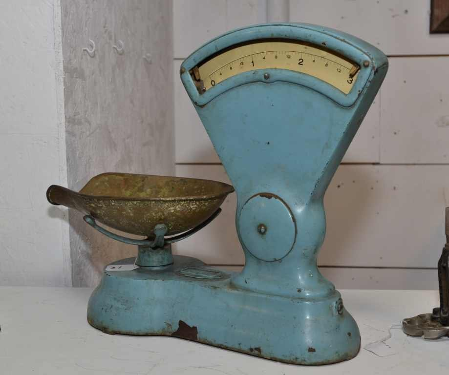 VINTAGE TABLE SCALE, MISSING GLASS TO PART OF SCALE
