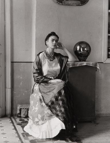 6: Manuel Alvarez Bravo (1902-2002) Frida Kahlo en el