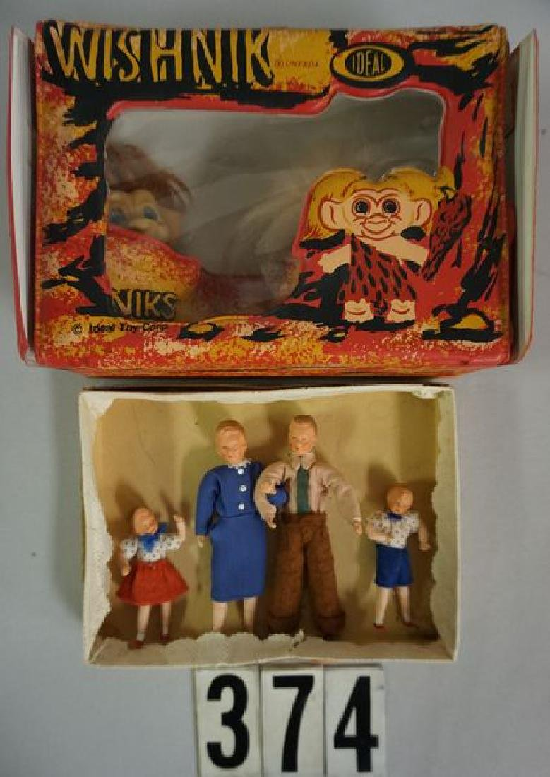 LOT: DOLL HOUSE 'FAMILY OF DOLLS'