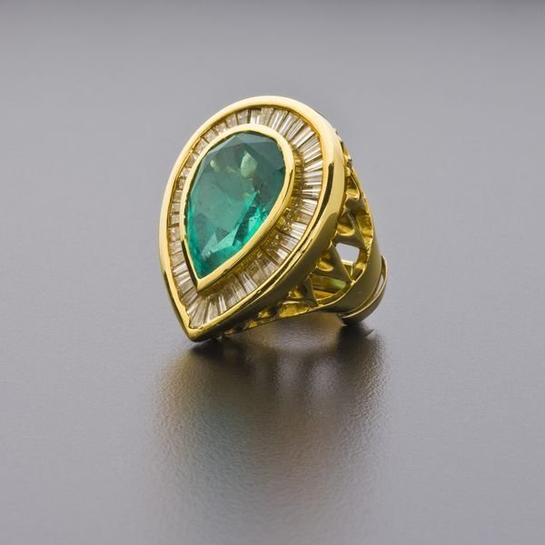 161: LADIES COCKTAIL RING 28 CT COLOMBIAN EMERALD DIAMO